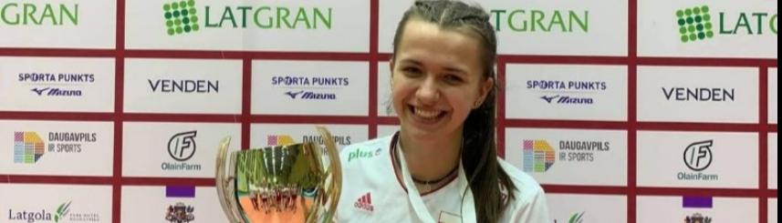 Zdjęcie przedstawia Martynę Witczak z pucharem i medalem za zajęcie 2. miejsca w turnieju (źródło: archiwum rodzinne Martyny Witczak)